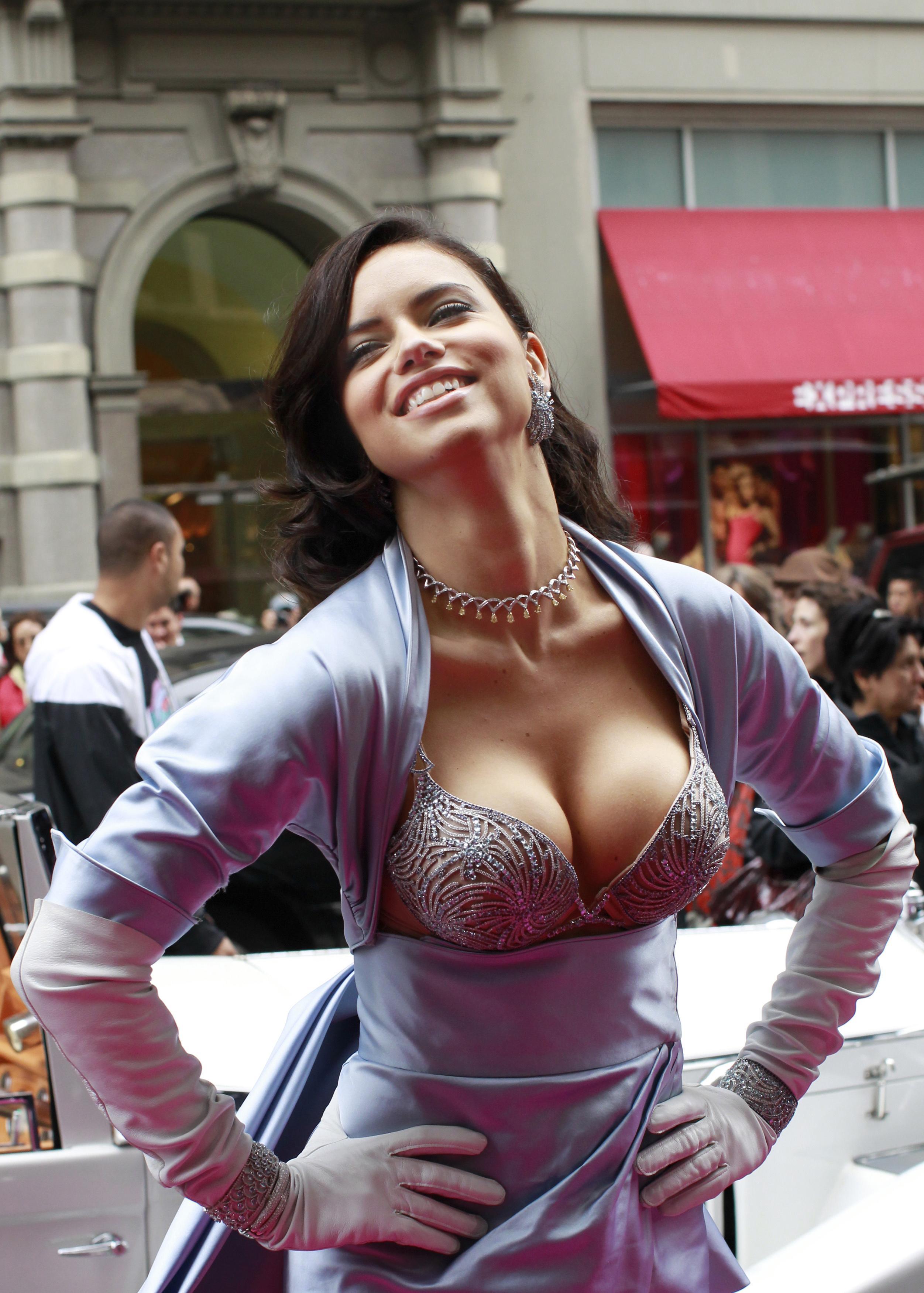 Фото большая грудь на улицу — pic 12